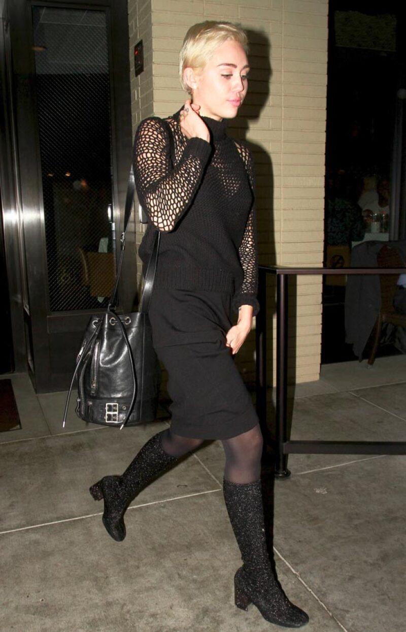 En su paso por Palm Springs, la cantante sorprendió con un conservador look para ir a cenar con Maria Shriver, la madre de Patrick Schwarzenegger.