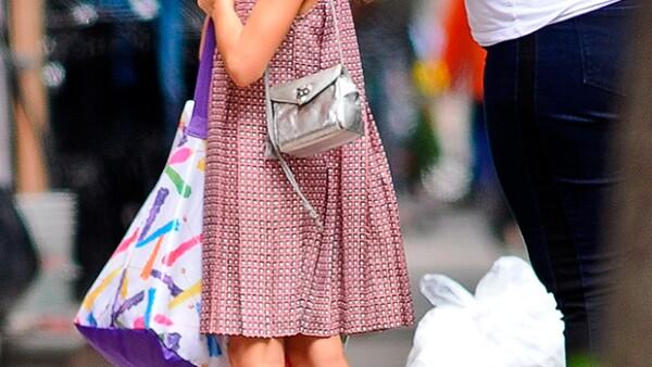 La hija de Tom Cruise y Katie Holmes se mostró amable y desenvuelta frente a los fotógrafos que la captaron tras disfrutar de una tarde en un parque de Nueva York.