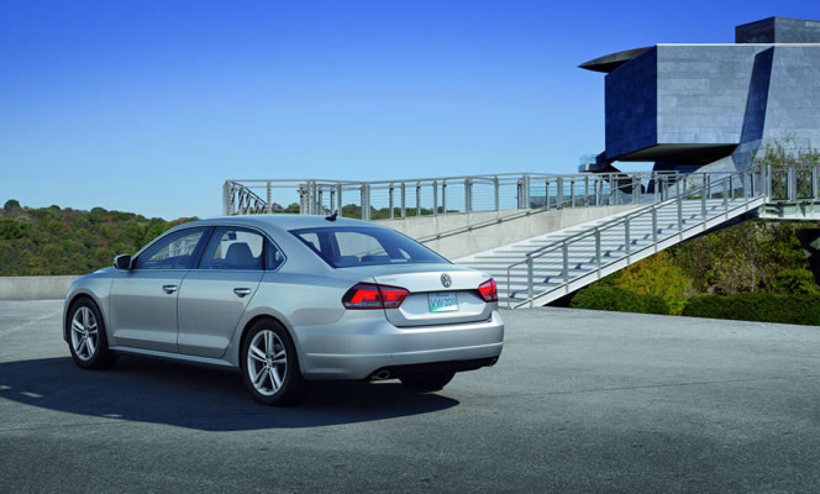 La parte trasera del Nuevo Passat 2012 adopta el estilo frontal con el dominio de líneas horizontales, calaveras en dos piezas montadas sobre la salpicadera del vehículo y en el portón trasero.