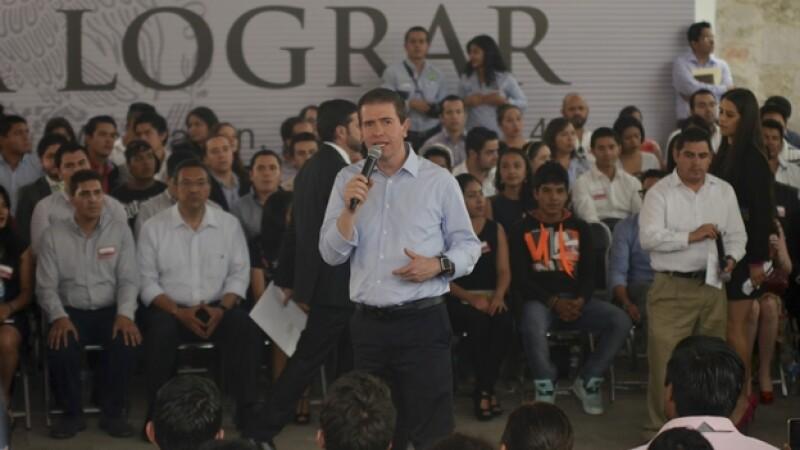 El comisionado de seguridad Alfredo Castillo (centro) durante un encuentro con jóvenes en Morelia, Michoacán, el 3 de marzo