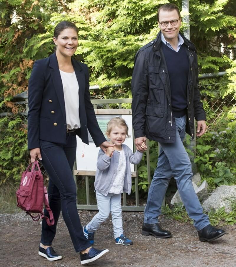 La hija de la princesa Victoria de Suecia y Daniel Westling, conocida por ser una pequeña muy carismática, fue captada hace algunos días en su llegada al kinder.