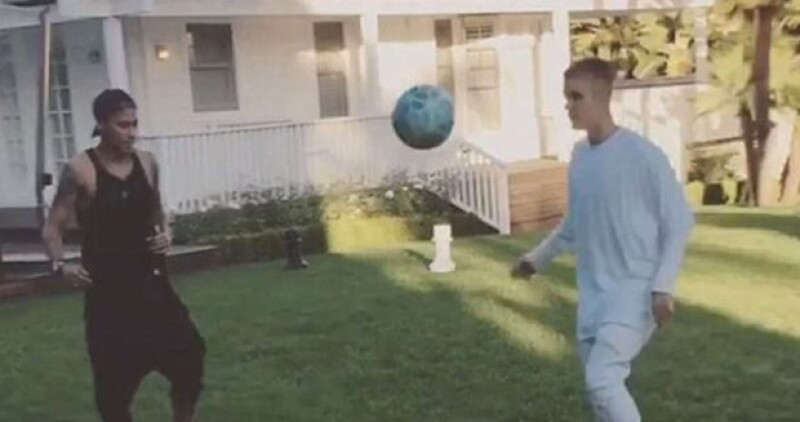 El futbolista brasileño rentó una increíble propiedad en Los Ángeles, donde al parecer tiene al cantante de vecino, pues estuvo en su patio para practicar un poco de futbol.