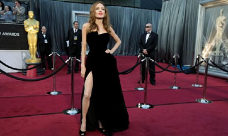 Angelina Jolie pareció darle un énfasis más a su vestido cuando entregó el premio al mejor guión adaptado. (Foto: Reuters)