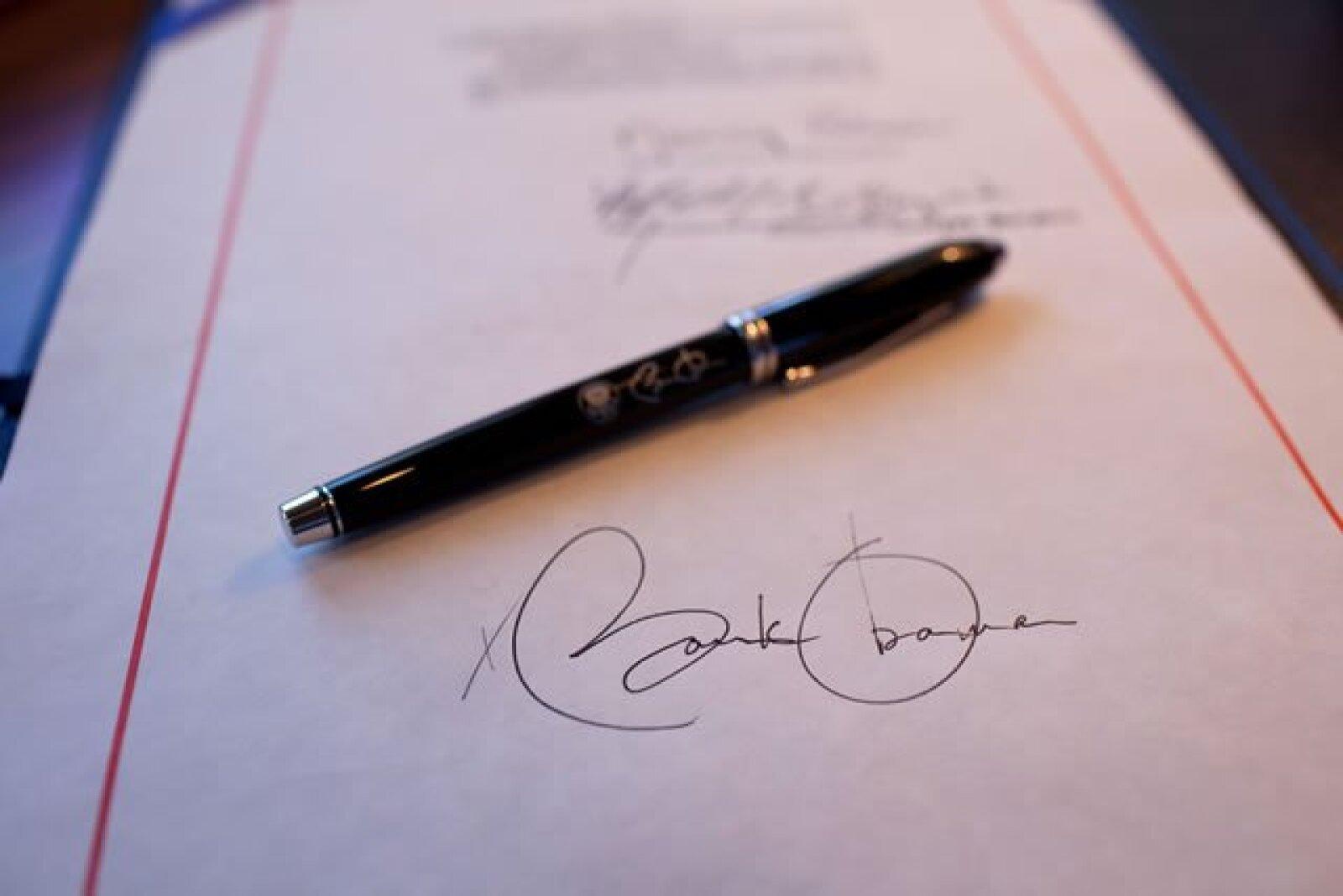 La firma de Barack Obama y la pluma que utiliza para firmar documentos importantes.