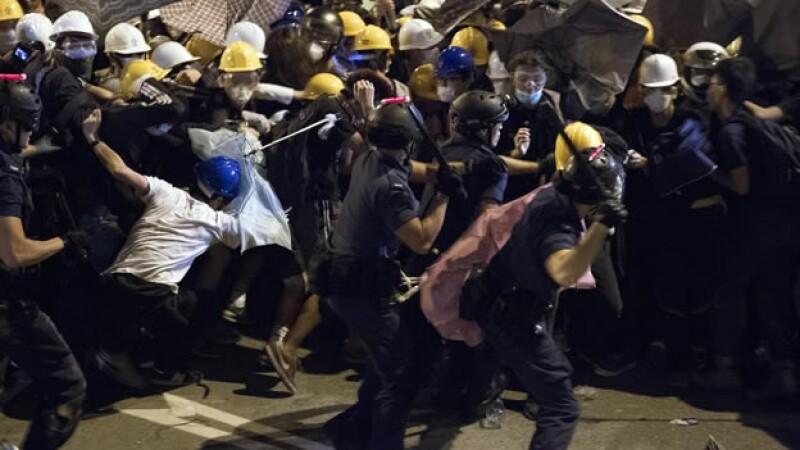 Policías de Hong Kong dispersan a manifestantes prodemocracia en uno de los choques más violentos del lunes