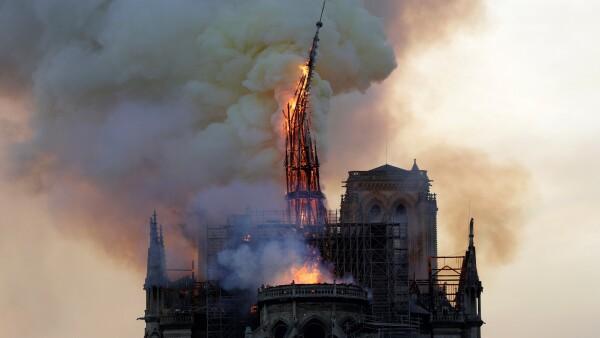 El momento del colapso de una torre de la catedral de Notre Dame por las llamas