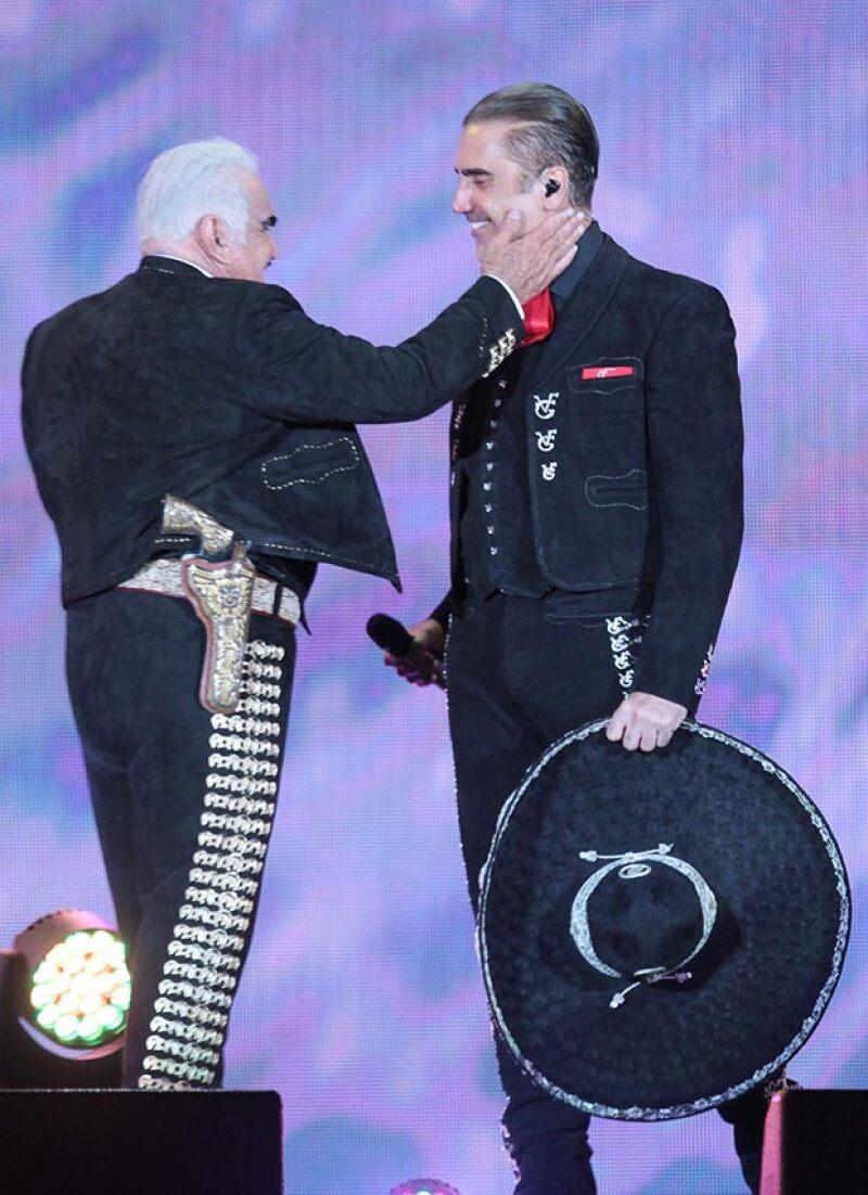 Padre e hijo cantaron un último dueto en el concierto de despedida de Vicente Fernández.