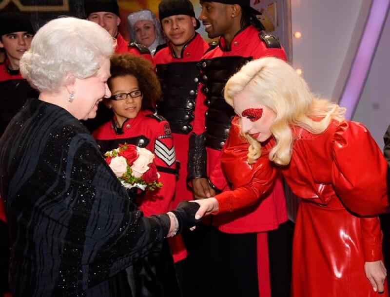 La cantante eligió algo holgado pero no menos extravagante para conocer a la Reina Isabel II.