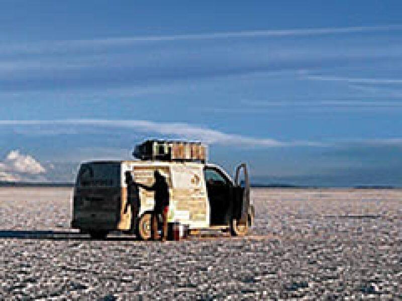 En Bolivia, Agnès Merat y Juan Miguel Gutiérrez cruzaron el interminable salar de Uyuni. (Foto: Laboratorio en movimiento)