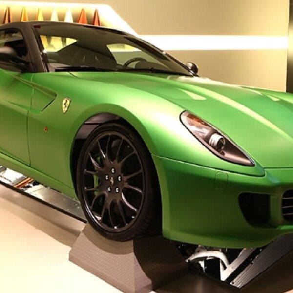 En el Auto Show de Ginebra 2010 se presenta la primera Ferrari híbrida de la historia de la marca italiana, con el objetivo de crear un vehículo que combine buen diseno, lujo, deportividad y ecología.
