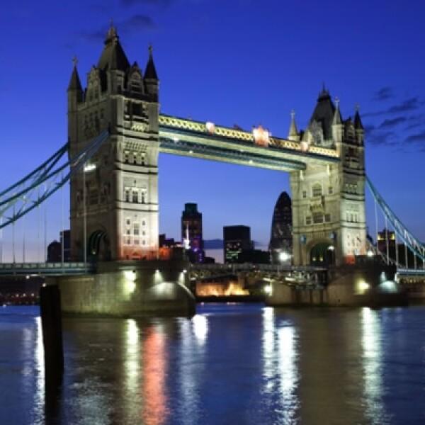Situado entre Londres y Soutwalk, sobre el famoso río Támesis,  el puente de Londres nos despide en esta visita fugaz a este destino, deseándonos feliz viaje y pronto regreso.