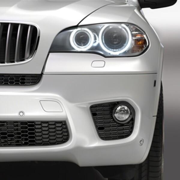 Los faros dobles redondos de xenón del nuevo BMW X5 están combinados con anillos luminosos de diodos luminosos.