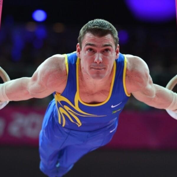 gimnasta brasileño en competencia en aros