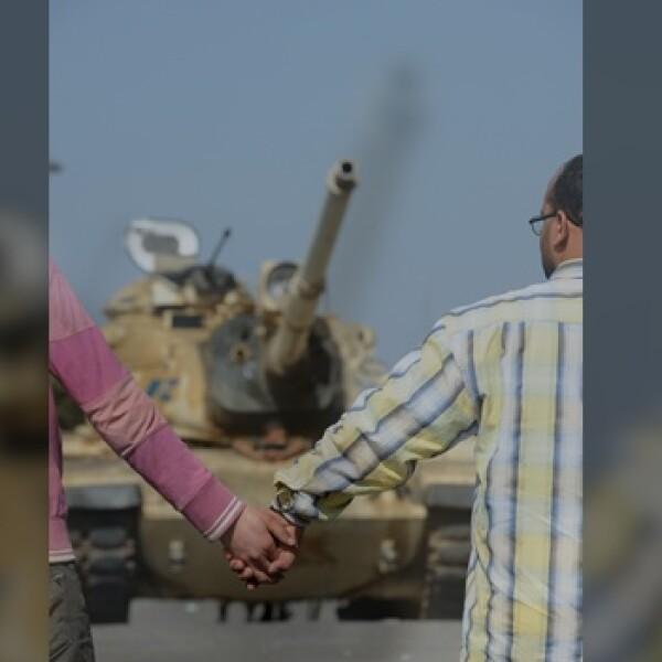 Una pareja frente a un tanque militar en Egipto