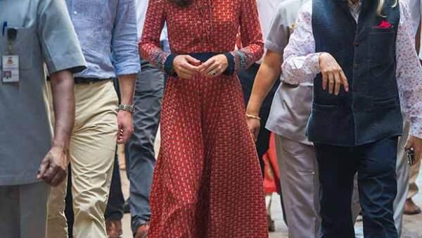 La duquesa de Cambridge lució en su visita a una casa hogar de Nueva Delhi un diseño que se agotó pocas horas después de que ella lo presumiera.