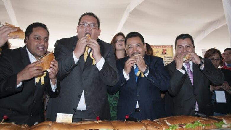 En el acto el delegado Manuel Ballesteros (segundo de izquierda a derecha) señaló, junto con legisladores locales y federales, que con este evento se busca impulsar a las 1,446 torterías registradas en el país.