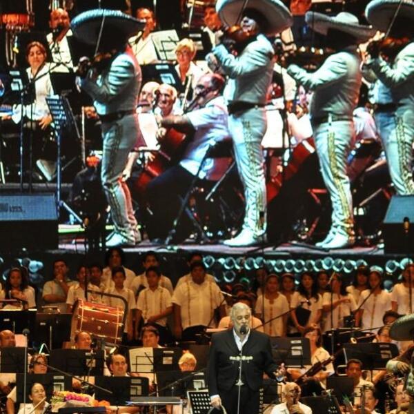 Paloma Querida y El Rey, son algunas de las canciones con las que deleitó a los asistentes.