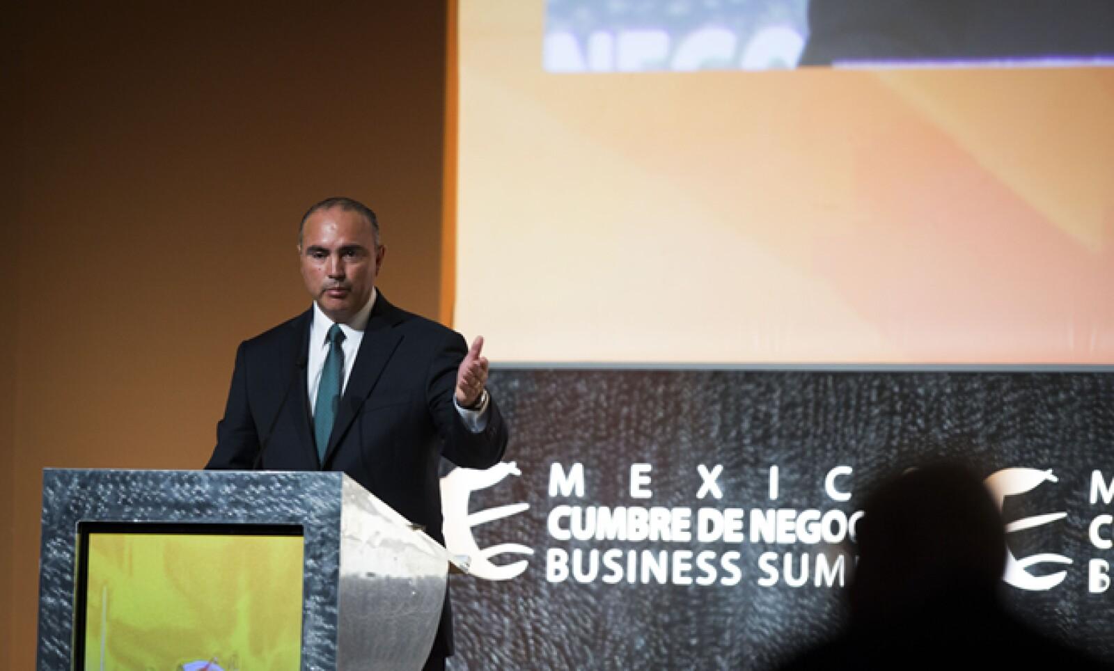 El gobernador de Querétaro también dirigió unas palabras al público asistente a la cumbre, un acto exclusivo al que se asiste sólo por invitación.