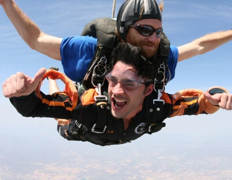El actor venezolano disfrutó un día lleno de adrenalina en Cuautla, Morelos, al saltar en paracaídas y convivir con otros aficionados a esta disciplina.