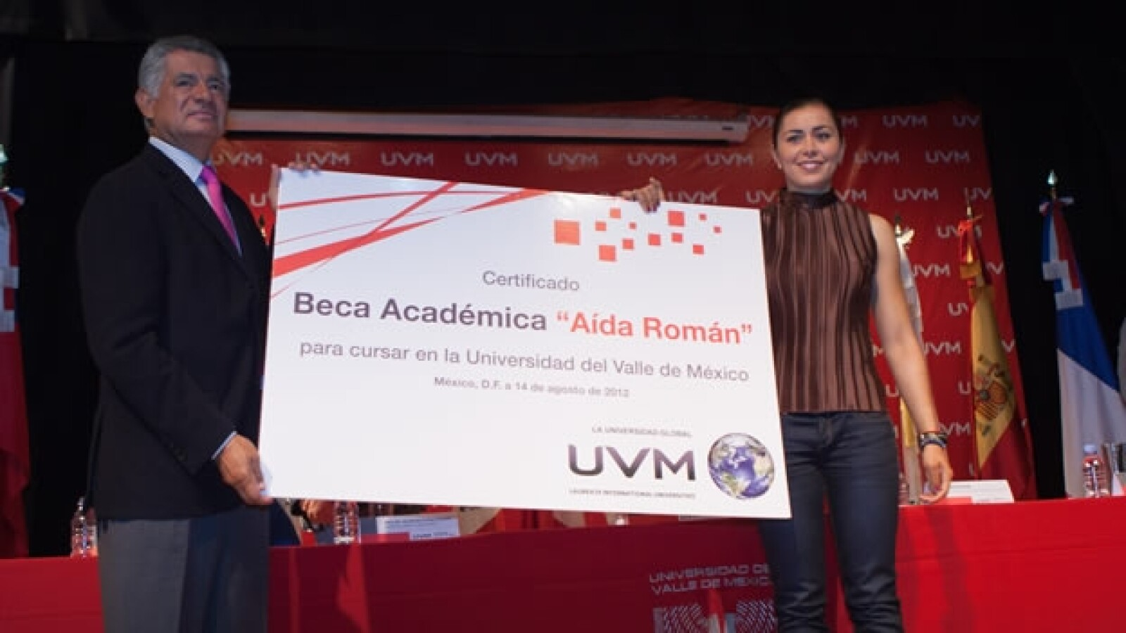 Aída Román recibe un homenaje en la UVM