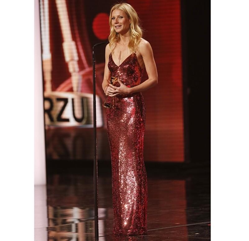 La entrega de premios alemana galardonó a la guapa estadounidense como Mejor Actriz Internacional, y además del premio, los presentes aplaudieron su sexy atuendo Prada.