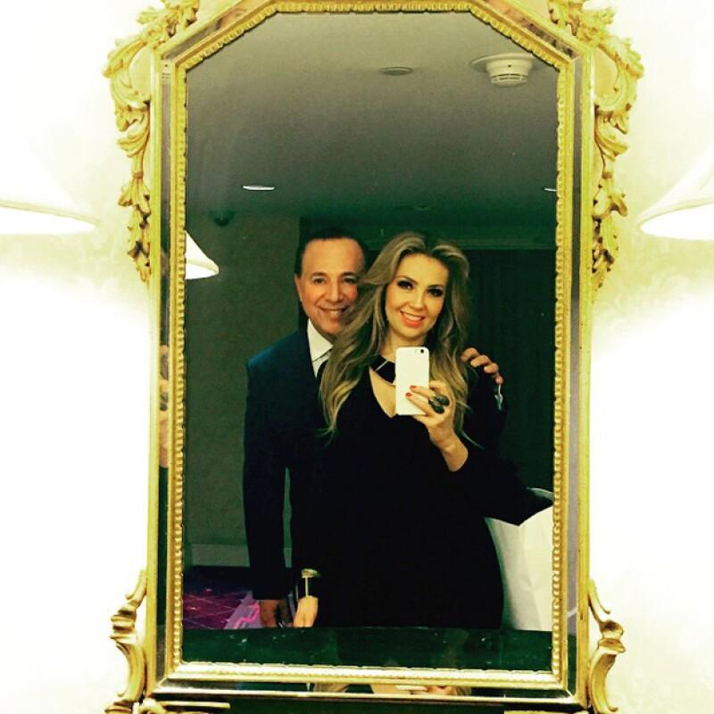 Antes de acudir a una gala en NY, los esposos se tomaron una selfie frente al espejo de casa, al que le preguntaron quién de los dos se veía mejor.