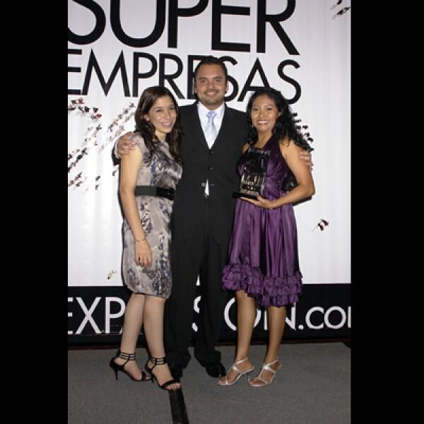 Emocionados, los asistentes se tomaron varias fotos teniendo como fondo la portada de la revista Expansión.