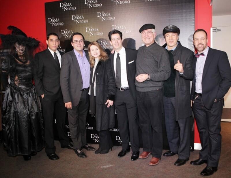 Parte del actual elenco de la obra de teatro La Dama de Negro asistió a la premiere de la cinta.