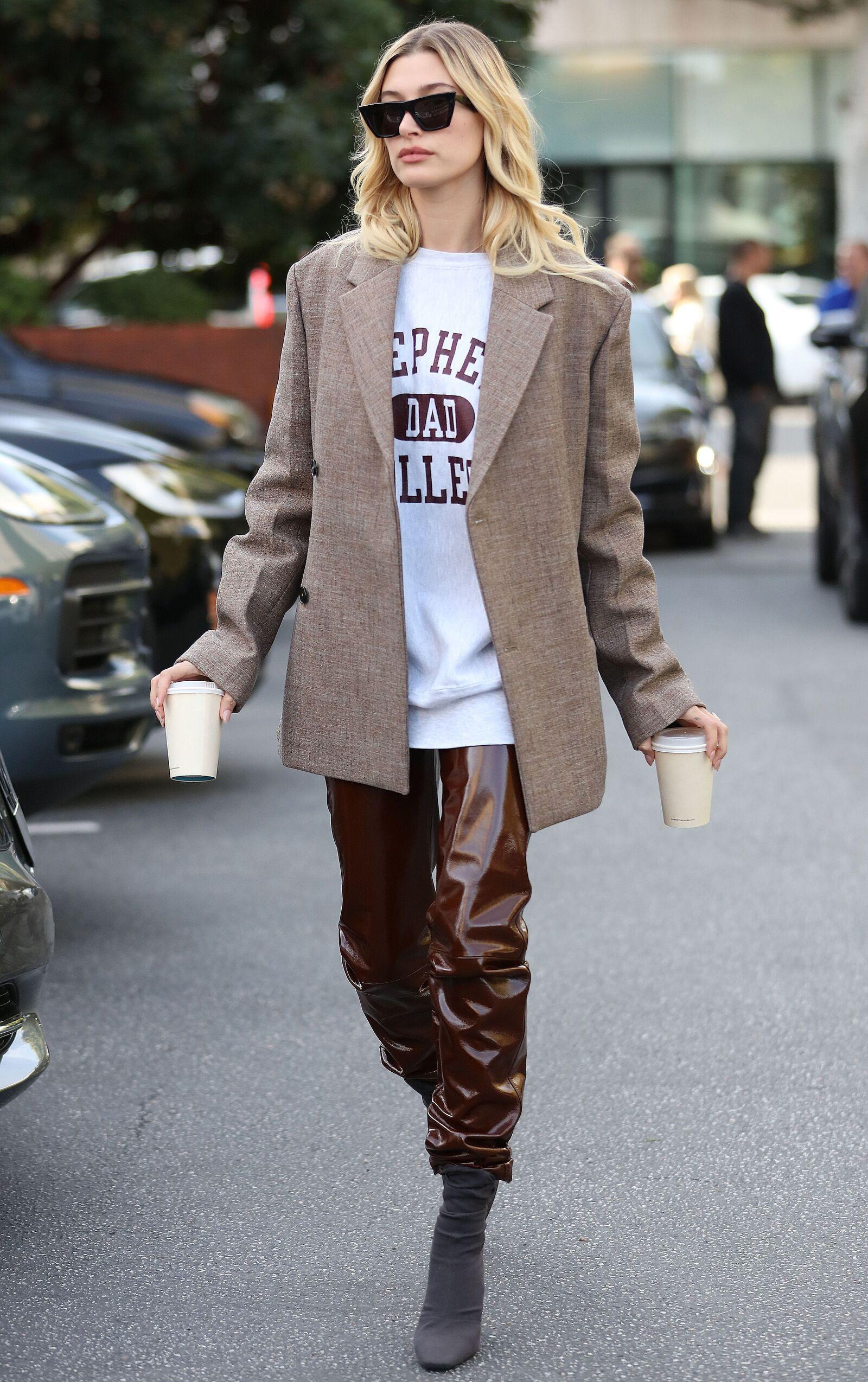 Hailey Bieber nos enseña como ir por un café con todo el estilo. Sus pantalones de piel color chocolate son Common Leisure y su saco de Jill Sander