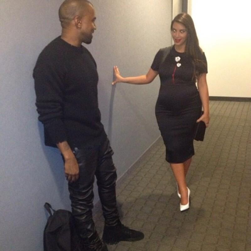 La futura mamá junto con su pareja, Kanye West, acudieron ayer al departamento de la Directora Artística de la revista Vogue, en Nueva York, según publicó Us Magazine.