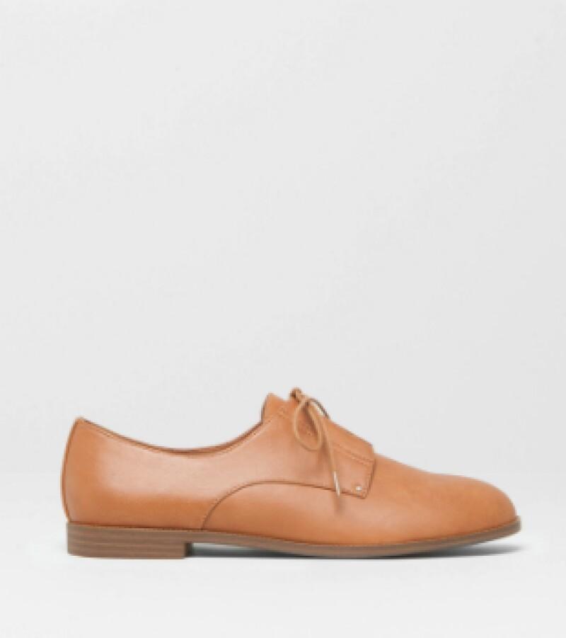 Zapatos en piel sintética, Pull and Bear, $579; centros comerciales.