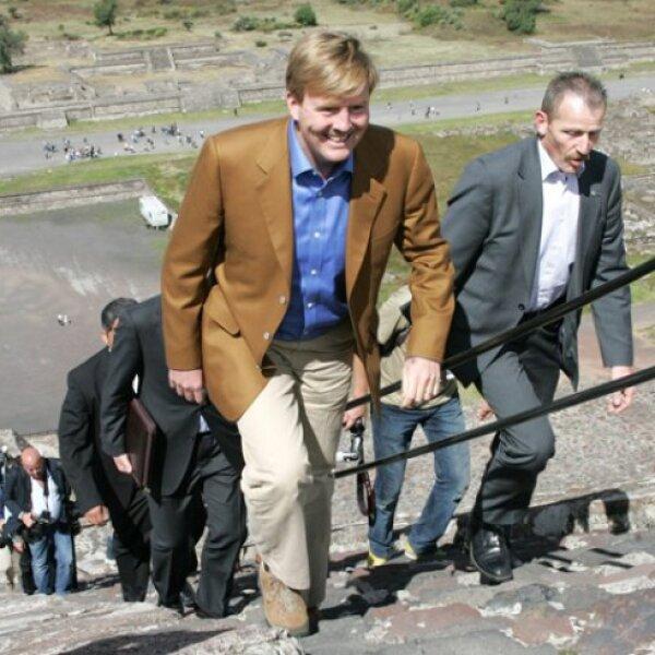 Los príncipes Guillermo y Máxima subieron a la Pirámide del Sol.
