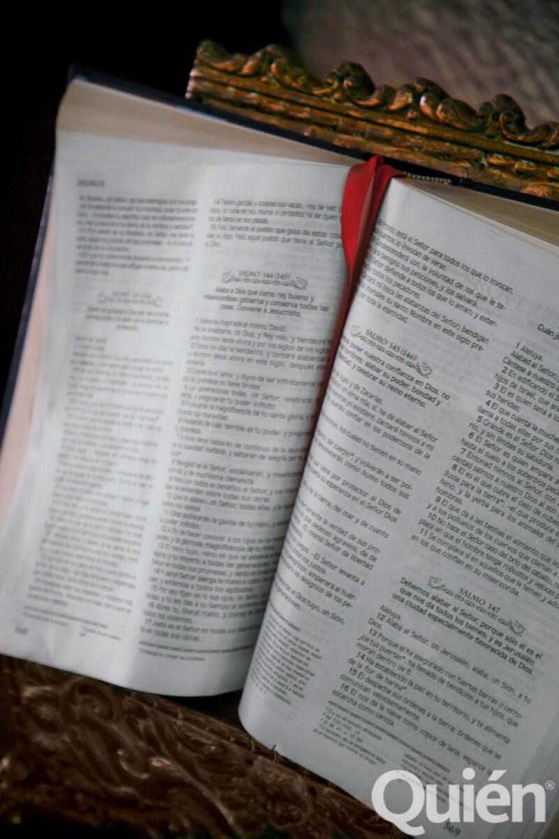 """En el comedor, a un lado de la entrada de la cocina está la Biblia. Fox comenta: """"Rezo en las mañanas, cuando me levanto, y antes de dormir""""."""