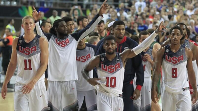 Los jugadores estadounidenses saludan a su afición tras haber vencido a Lituania y con ello llegar a la final del Mundial de Basquetbol