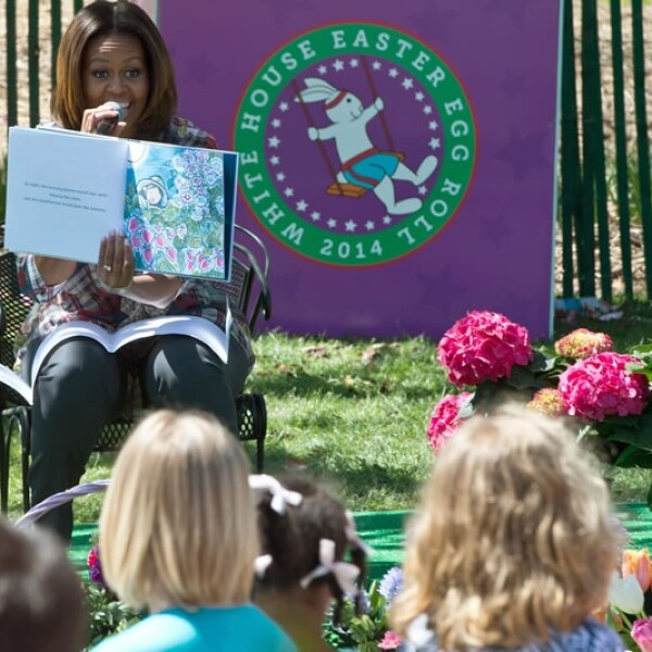 Michelle Obama lee a un grupo de niños My Garden de Kevin Henkes, en Washington
