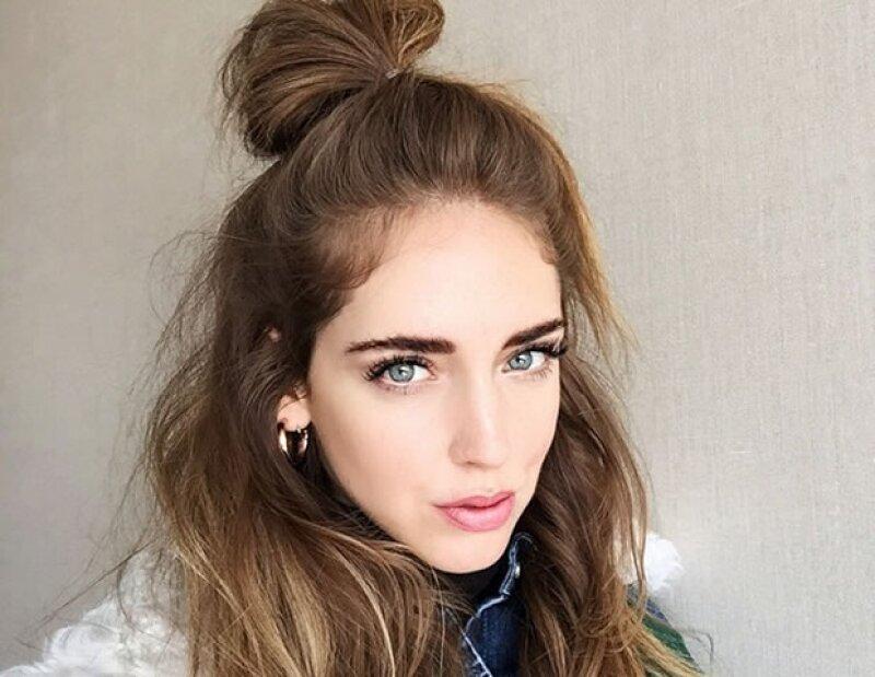 Si buscas un peinado espectacular para un streetstyle súper trendy, estás de suerte. El half bun llegó para quedarse.