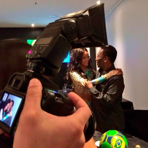 Aprovechando su estancia en Brasil, la cantante conoció a Pelé, leyenda del futbol mundial.