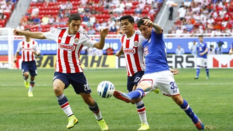 Chivas y Cruz Azul disputaron un partido trabado y con poca claridad en el área chica de ambos equipos