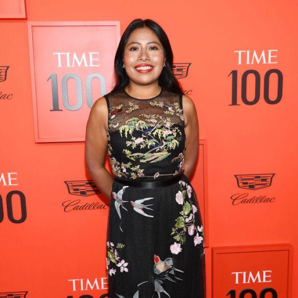 Yalitza Aparicio en la Gala Time 100 en un RED Valentino negro y unas sandalias de tacón Stuart Weitzman
