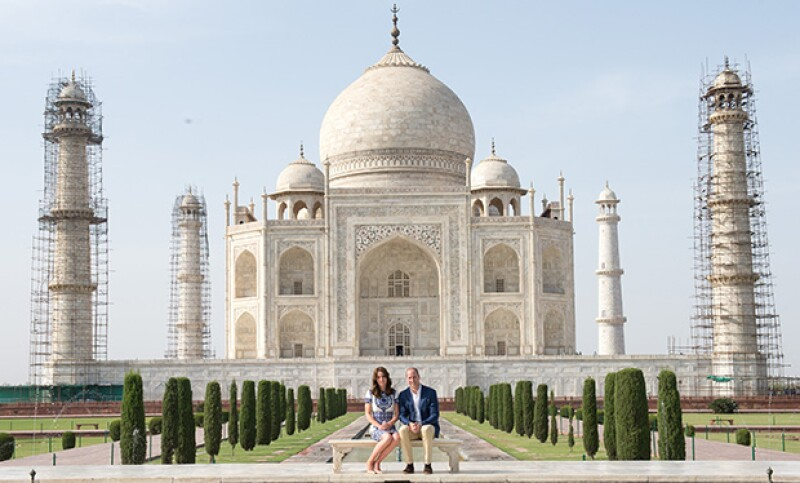 Sin duda, el momento más memorable para el príncipe en India fue tomarse una foto frente al Taj Mahal, como lo hizo Diana de Gales hace 24 años, despertando una ola de sentimientos en él.
