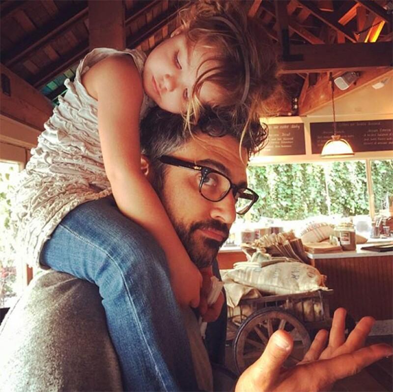 Su hija Elena, decidió tomar una pequeña siesta en sus hombros.