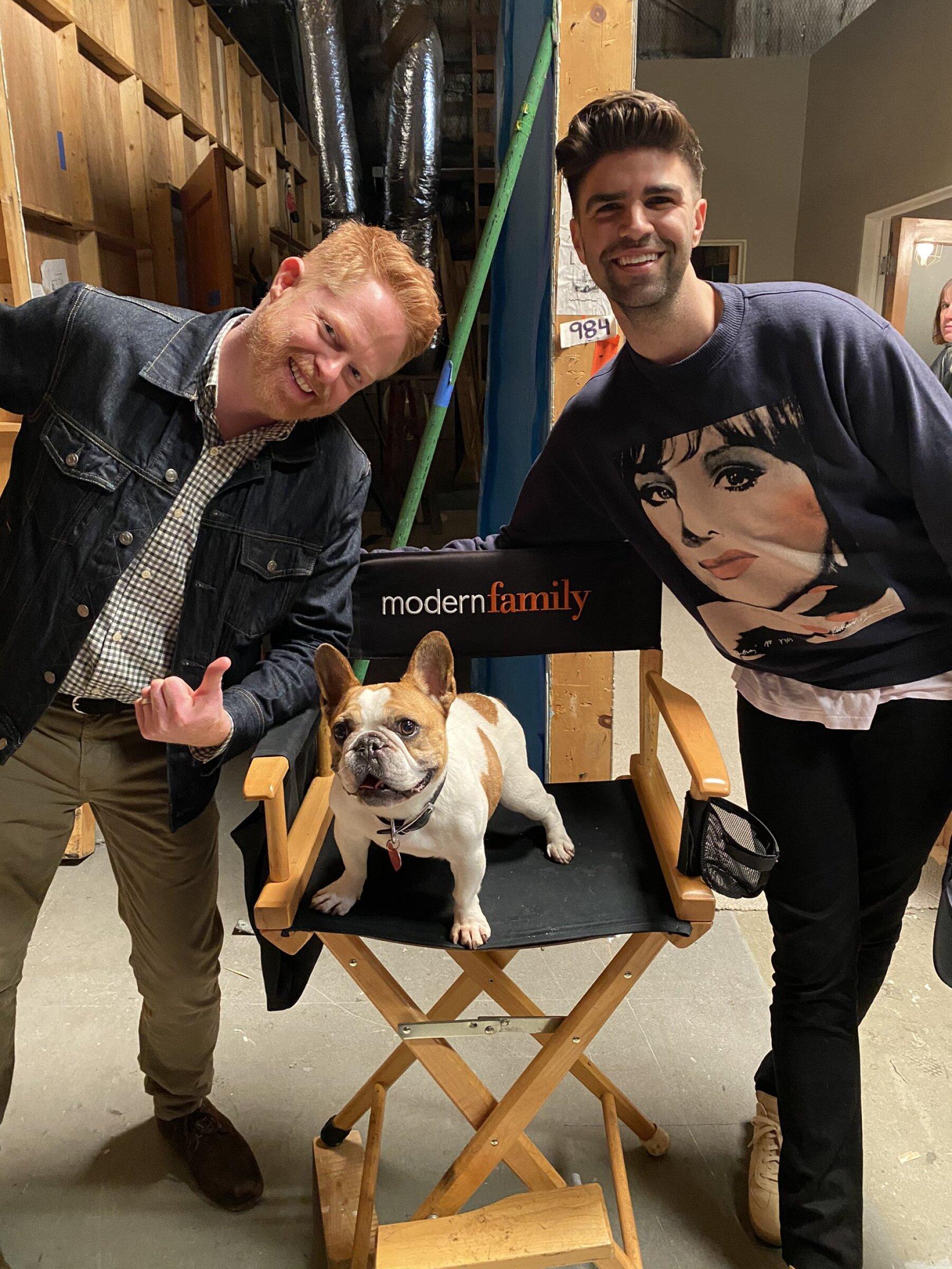 Jesse Tyler Ferguson y su esposo Justin Mikita junto a la perra Beatrice