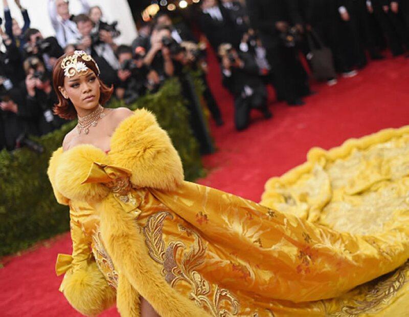 La cantante impactó con su vestido amarillo en China Trough The Looking Glass.