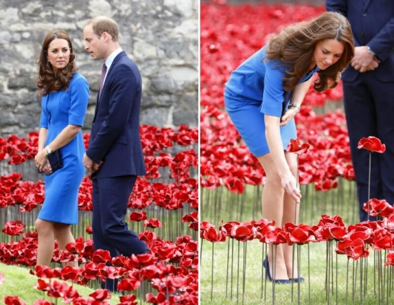 Los Duques de Cambridge y el príncipe acudieron este martes a la Torre de Londres para ser testigos de una exhibición honorífica compuesta por amapolas de cerámica.