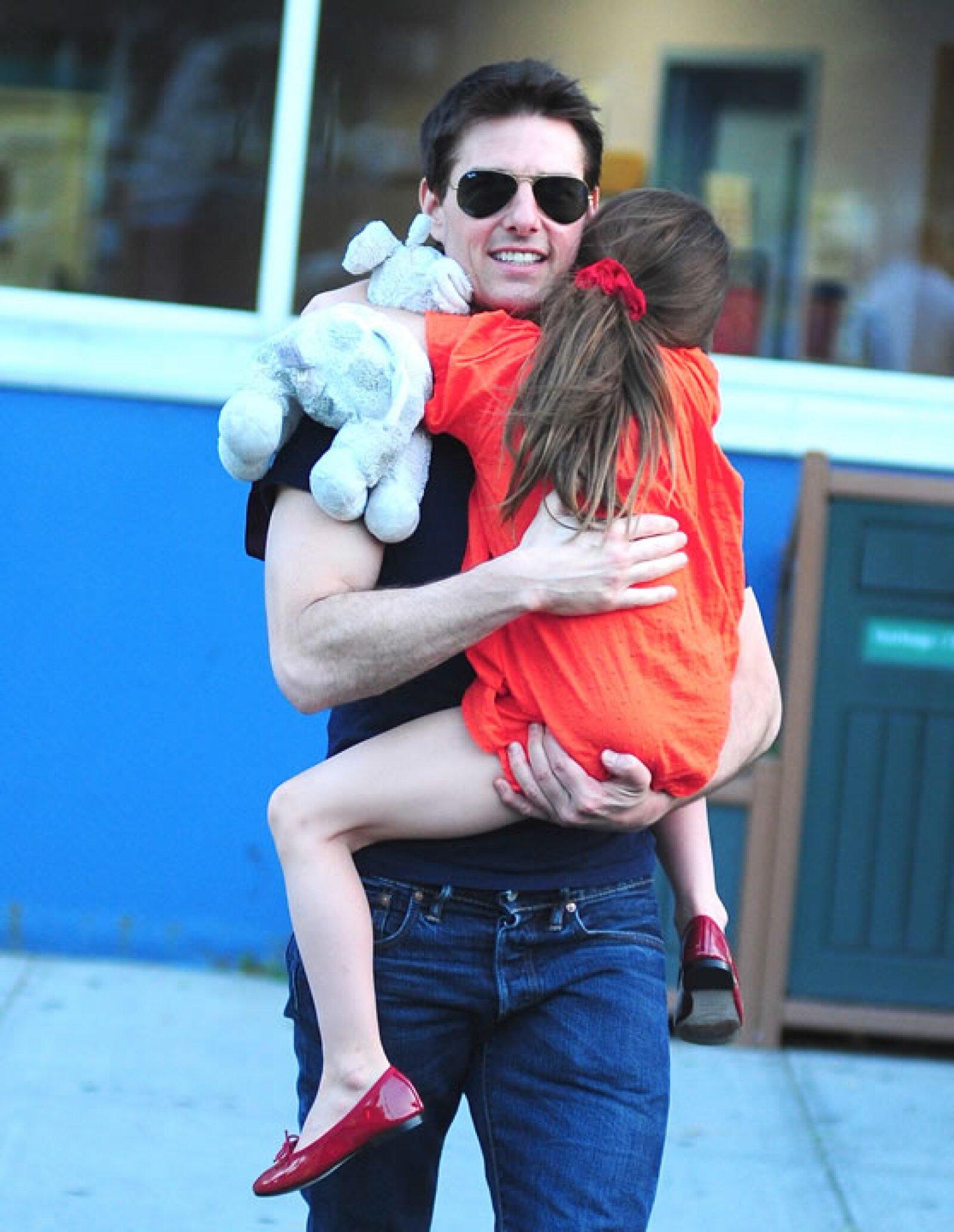 Aunque sus papás ya no están juntos. Tom continúa hablando con ella y visitándola.