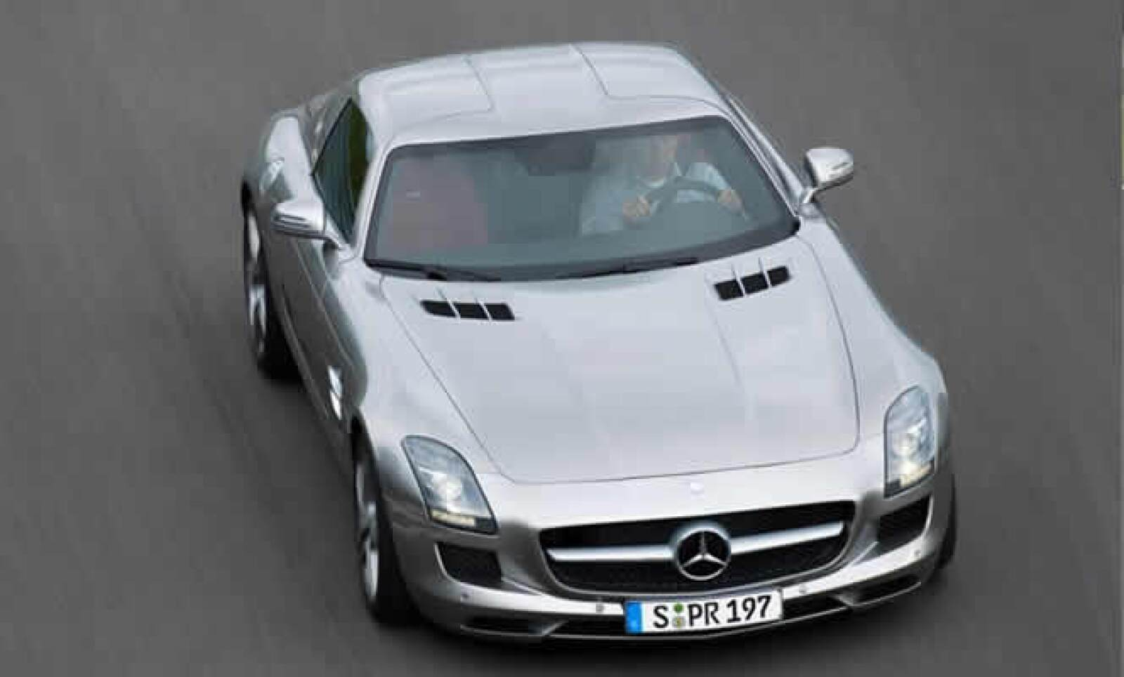 El corazón del SLS AMG es un potente ocho cilindros, 6.3 Litros V8 que desarrolla 571 caballos de fuerza.