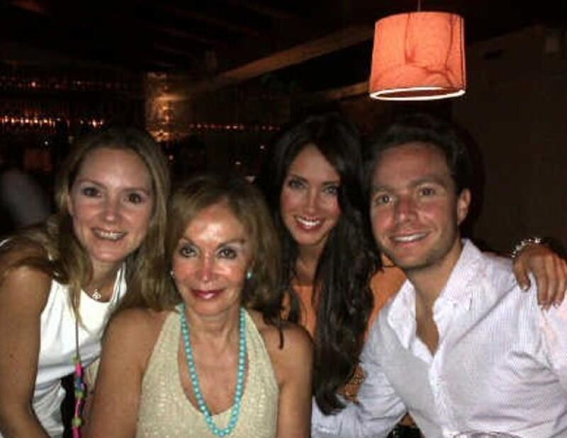 Con las mujeres de su vida: su hermana Fernanda, su madre Leticia y su prometida Anahí.