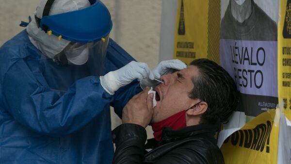 Un hombre se realizan la prueba de detección en el Kisco Covid-19 ubicado en calle Mineros y F.C. de Cintura, en la colonia Morelos I