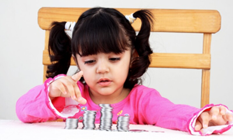 Hablar con los niños sobre dinero los hace más conscientes de sus gastos. (Foto: Getty Images)