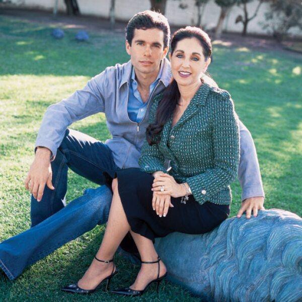 Alejandro es hijo del primer matrimonio de María Elvia Amaya, pero con Jorge Hank Rhon se lleva muy bien y le dice papá.
